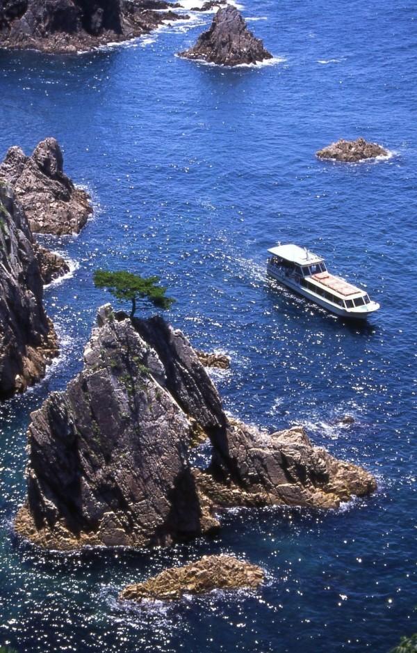 浦富海岸 島めぐり遊覧船・ダイナミックな感動をお届けします。