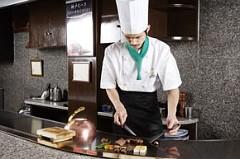 最初の一口目は赤穂塩で味わうと肉の素材の良さを必ず実感できる。