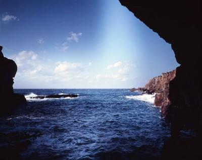 洞窟から見た海