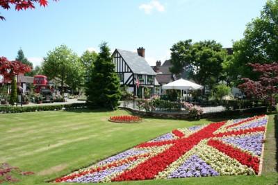 「イギリス村国旗花壇」は、季節ごとに植え替えが行われ、季節の花々がイギリスの国旗を象ります。