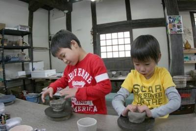 「匠の村体験工房 ※有料」では、陶芸や陶印、手漉き和紙のはがき作り、木工工作、ぶんぶんコマ作り、葉...