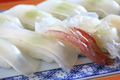 当店名物『クリスタル寿司』はワサビが透けて見えるほどの透明度