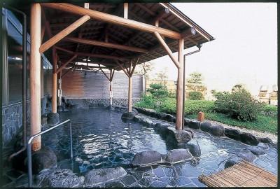 【露天風呂】野趣あふれる空間で、庭園を眺めながら身体も心もリフレッシュ。